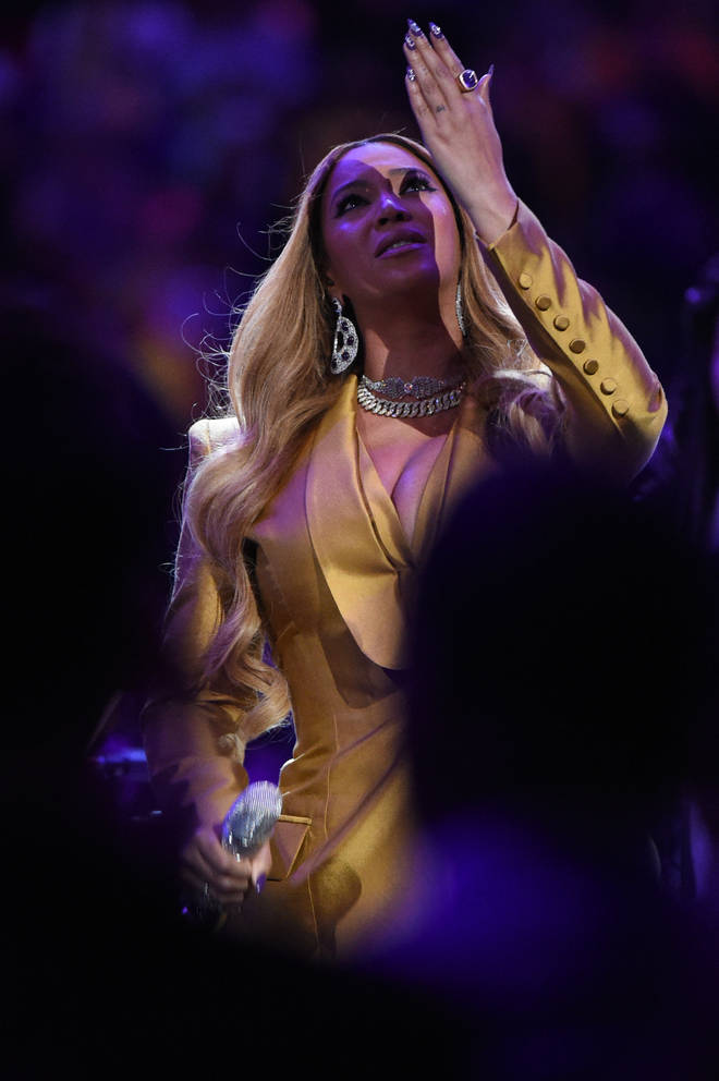 Beyoncé kissed the air after performing a heart-wrenching tribute to Kobe Bryant and his daughter Gianna.