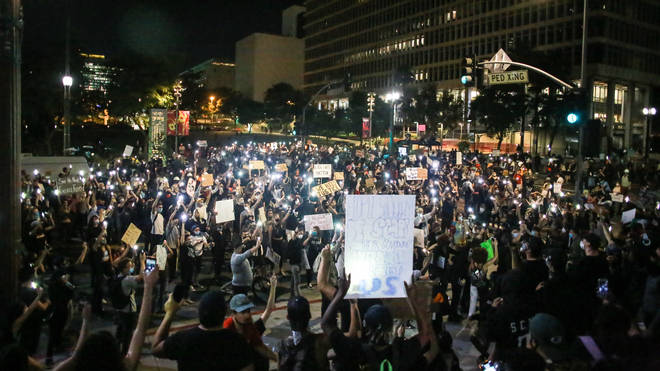 Estimated 10.000 people protest at Los Angeles City Hall