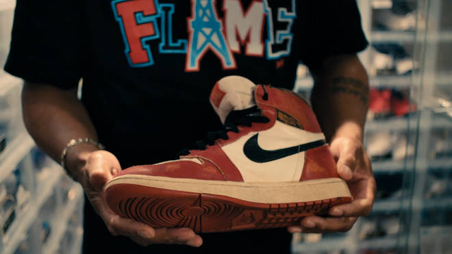 One Man And His Shoes tells the story of the phenomenon of Air Jordan sneakers.