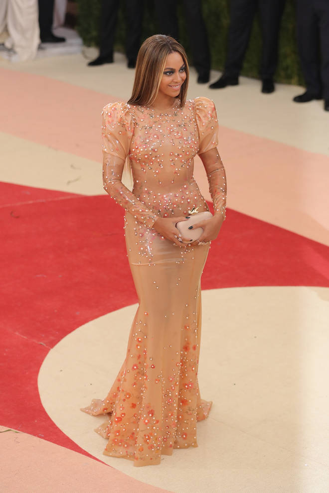 """Beyoncé stuns at the """"Manus x Machina: Fashion In An Age Of Technology"""" Costume Institute Gala in 2016"""