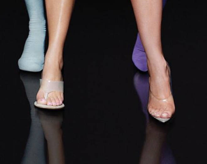 """Am I tripping or does Kim have 6 toes? Someone explain, I&squot;m so confused! "" wrote one fan."